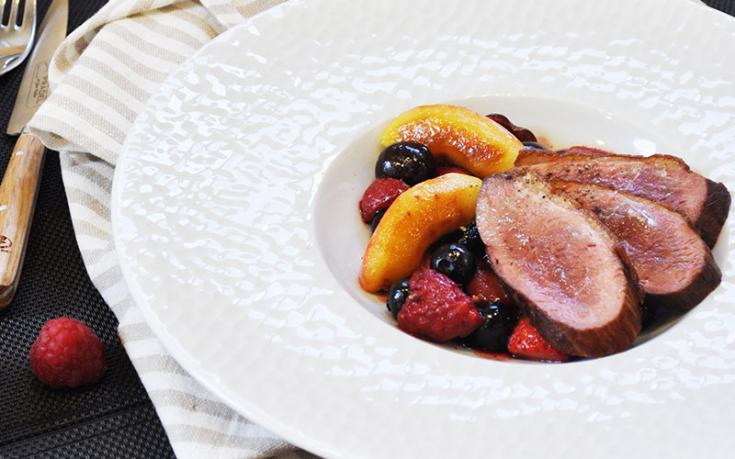 Magret de canard aux pommes et fruits rouges
