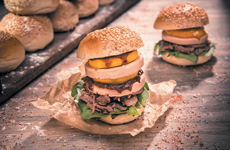 Burger de bloc de foie gras de canard confit à la mangue